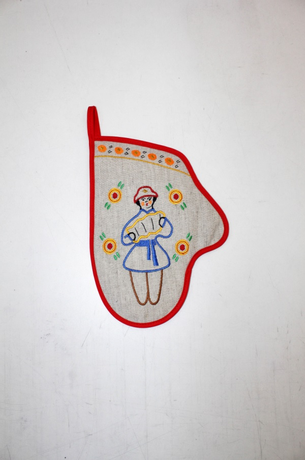{} 8 Марта Рукавичка Вятские Гуляния Гармонист Цвет: Красный (18х25 см) 8 марта кухонное полотенце вятские гуляния цвет красный 40х53 см